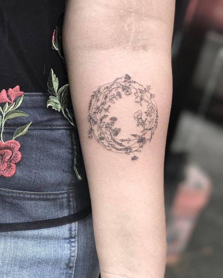 Single needle flower wreath tattoo on the left inner forearm. Artista Tatuador: Michelle Santana