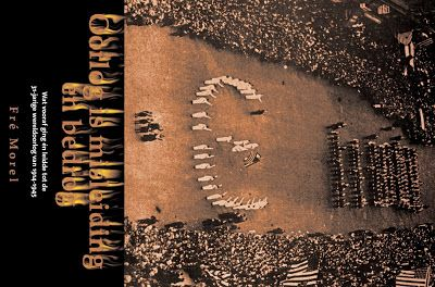 """nr. 25, dinsdag 19 juni 1917, pag. 816 Het onderschrift luidt: """"De indrukwekkende parade door de straten van New York, ter eere van het bezoek van Generaal Joffre gehouden. Op den voorgrond de Amerikaansche """"Hulde aan de vlag"""" : """"The Stars and stripes forever!' Deze parade werd gehouden op Fifth Avenue voor de Public Library (links) in New York, mei 1917  Zien we hier het Euro teken en rechts de rijen mensen in 2 x 1 rij dik en vervolgen"""