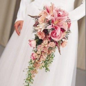 ramo de novia en cascada en tonos rosas