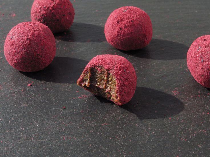 Dadelkugler med lakrids og solbær