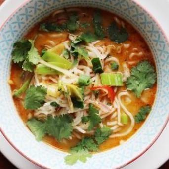 Een snelle pittige soep, bomvol Thaise smaken: kokosmelk, sojasaus, koriander en natuurlijk Original Spices Thai Red Curry.