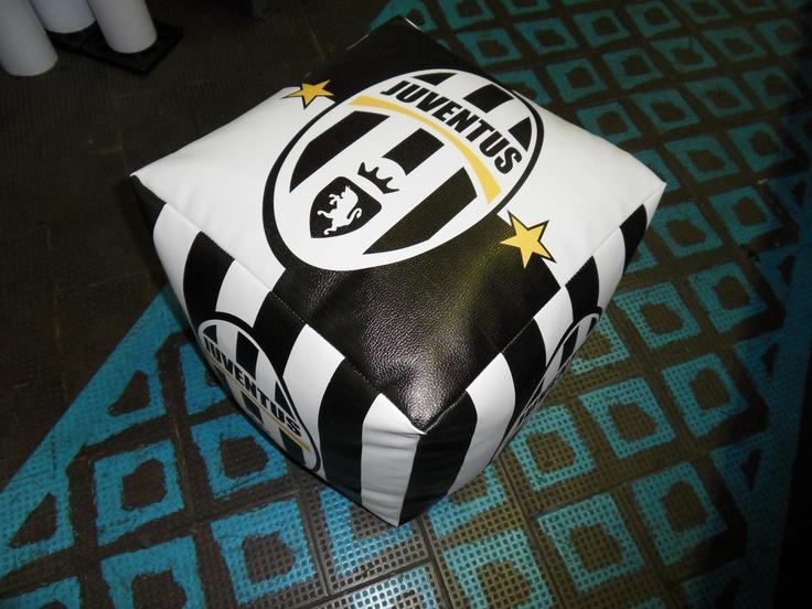 Pouf cubo Juventus realizzato in sky (finta pelle) personalizzati con logo squadra stampato in quadricromia. Dimensioni 43x43x43 cm. Stampa digitale.  www.guidoborgonovo.it