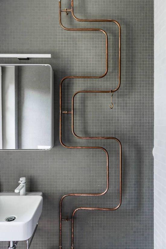 Salle-de-bain avec canalisations en cuivre apparentes. Copper pipes. #decoration, #house, #maison, #copper, #cuivre, #rame, #kupfer, #cobre