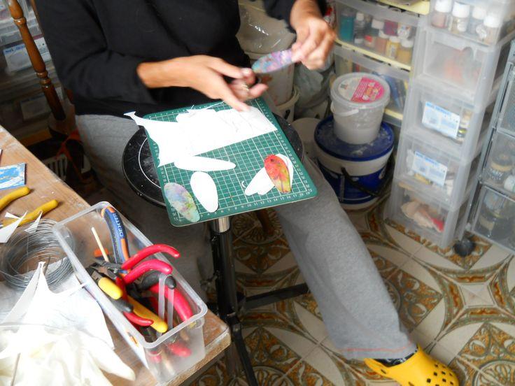 Sono al lavoro per la realizzazione di alcuni ciondoli in cartoncino acquerellato dei veri e propri quadri,leggeri,da portare al collo !
