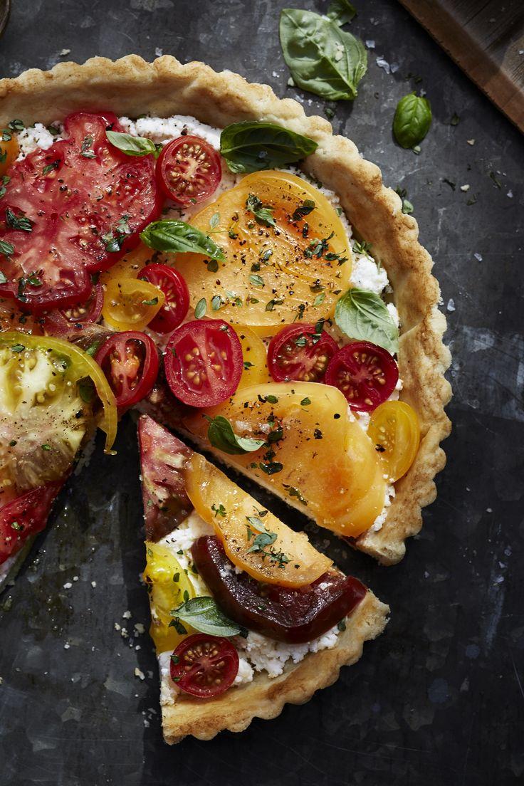 Sommerliche Tarte mit bunten Tomaten, Ricotta und Basilikum.
