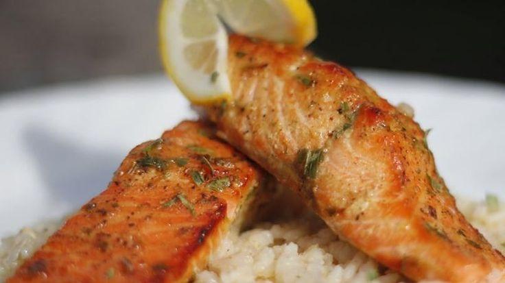 Uno de los alimentos que me encanta preparar durante la cuaresma y pascua es el pescado. A principios de cada año comienzo ha hacer una búsqueda de recetas de pescado para tenerlas listas justo antes de que empiece la temporada. Recuerdo que de pequeña comíamos mucho atún y filete de mero, pero desde que vivo en los Estados Unidos he llegado a apreciar mucho el salmón y las diferentes variedades de trucha. Cocinar el pescado no es nada difícil, sólo necesitas sazonarlo muy bien y añadir…