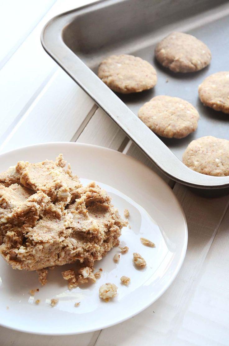 Essa é mais uma daquelas receitas que você pode fazer com as amêndoas trituradas que sobrou da fabricação do leite vegetal, de vez em quando eu faço ricota de amêndoas, como mostrado aqui, mas dessa vez fiz esses cookies. Mas se você fez outro leite vegetal, como de castanha ou nozes, pode substituir as amêndoas dessa receita por eles. Caso não tenha feito leite vegetal algum, mas quer fazer esses cookies, é só triturar as amêndoas inteiras no processador ou liquidificador. É possível…