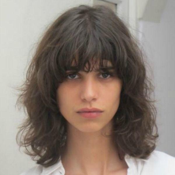Cabelo messy com franja, o cabelo bagunçado do verão