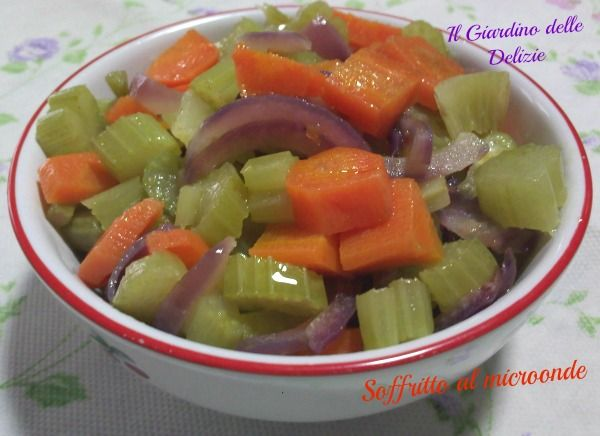 Il soffritto al microonde è una ricetta semplice semplice o, data proprio la sua semplicità, un piccolo suggerimento per avere verdure stufare sane saporite