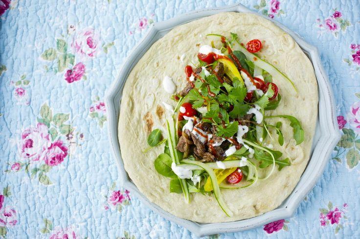 Shawarma med oksekjøtt - Enten det er kveldskos eller dagen derpå: få ting danker ut hjemmelaget kebab. Shawarma, godt krydret kjøtt med grønnsaker og dressing rullet i myke lefser. Retten er like god varm som kald.