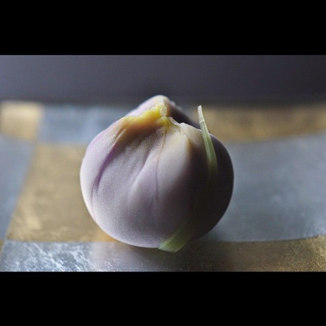 """一日一菓 「花菖蒲」 煉切製 wagashi of one day """"Iris"""" 本日は花菖蒲です。 茶巾絞り仕上げです。 本日は真言宗大本山「高野山」の金剛峯寺での茶会に参加させて頂きました。 その席での主菓子としてご用意させて頂きました「花菖蒲」です。 一期一会 今日も様々な出会うべくして出会えた貴重な御縁に心より感謝致します。 今日という一日はまた未来への大きな布石となる事でしょう。 出会いに感謝して ありがとうございました。"""