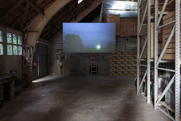 De film A song adrift (2012) van Yeb Wiersma in de Schokbetonboerderij van Studio Makkink & Bey in Kraggenburg. © Jordi Huisman, Museum De Paviljoens