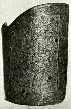 Huszárpajzs pergamennel bevont fából, benyomott és aranyozott díszítéssel. 1480 körül. (Magyar N. Múzeum.)