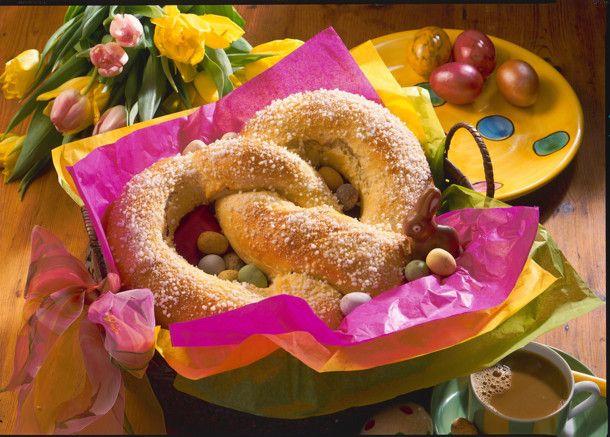 Unser beliebtes Rezept für Oster-Brezel aus Hefeteig mit Pflaumen-Marzipan-Füllung und mehr als 55.000 weitere kostenlose Rezepte auf LECKER.de.