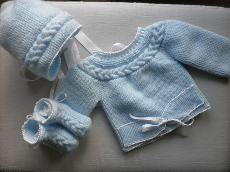 Cabled yoke baby sweater, short rows. Basic directions, for sweater only: in Spanish, here [http://laboresdesiempre-lusi.blogspot.com.es/2012/07/jersey-bebe-con-trenza.html]; in Portuguese, here [http://madriane.blogspot.com.br/2010/06/conjunto-de-casaquinho-e-sapatinho-n10.html]