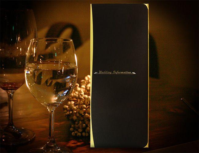 【プレサージュ(ブラック)席次表A3】とにかく高級感のあるプレサージュ(ブラック)の席次表A3サイズ。ベースの黒紙は紙質がしっかりしていて少しマットな感じがより一層、高級感の漂うものになっています。その紙と合わせてゴールドで光り輝く紙はポイントで使われています。夕方からの結婚式、披露宴などで人気の高いペーパーアイテムです。