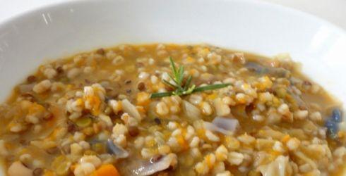 MINESTRA DI FARRO toscana Il farro è un cereale ottimo per la nostra salute, inoltre è ricco di proteine. Allora perché non gustarsi una buonissima zuppa di farro tipica della regione toscana