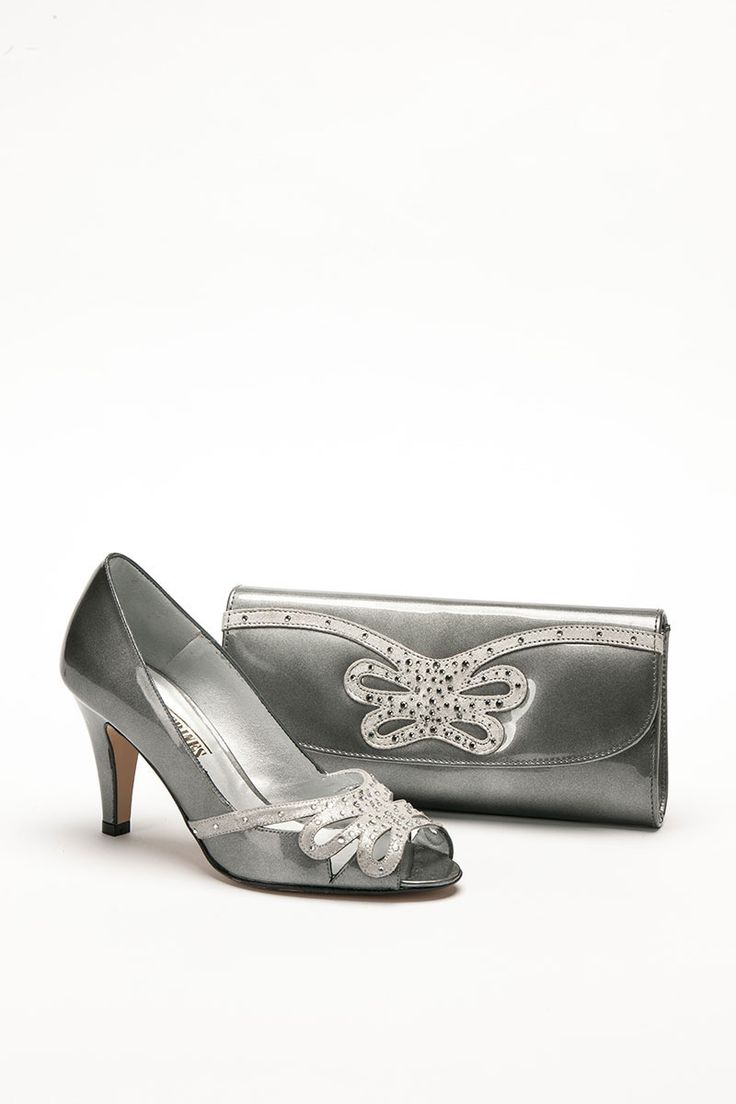 Mid height silver peep toe shoe with cut out design to front and matching bag. Product code – GS45B Colour – Silver