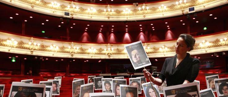 """Londres Companhia de marionetas portuguesa na Royal Opera House. A companhia de marionetas portuguesa Red Cloud participa esta semana num espetáculo da Royal Opera House, em Londres, menos de um ano após ter sido formada, na estreia britânica da ópera """"El Gato con Botas"""", do espanhol Xavier Montsalvatge."""