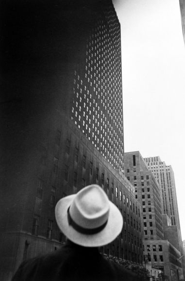 Looking at the R.C.A. Building at Rockefeller Center, New York - Louis Faurer, 1949
