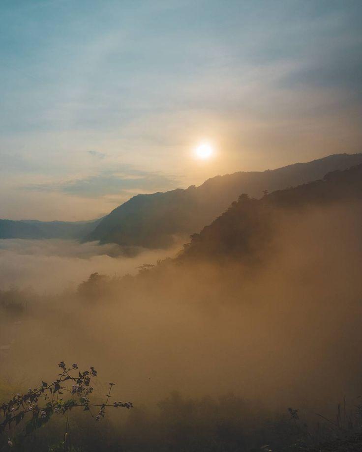 Todos quieren conocer el mundo yo quiero conocer al que con Su voz lo formo.  Guatemala es un pequeño país en la inmensidad del mundo aún así Dios la premió con una belleza indescriptible que nos roba las palabras cuando intentamos con todas nuestras fuerzas vagamente describirla. Sin embargo ni el sol saliente en una mañana donde las nubes acarician las montañas con suavidad y los pájaros entonan al unísono una sinfonía de alegría jamás se comparará al majestuoso acto de amor para hacernos…