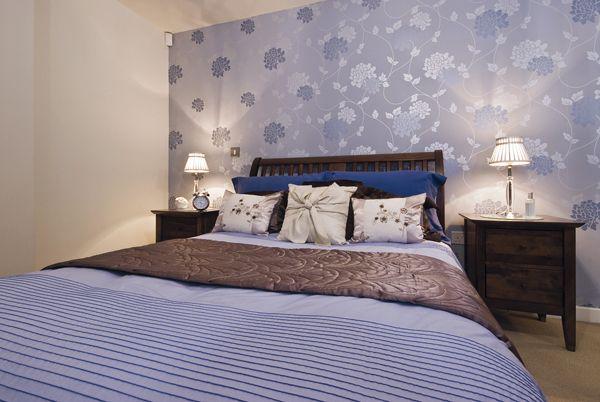 Blu: Il colore della calma, del rilassamento, dell'armonia, quindi adatto alle pareti della camera da letto. Il blu scioglie le tensioni, dà stabilità , calma, equilibrio e facilita la concentrazione. Favorisce il benessere.
