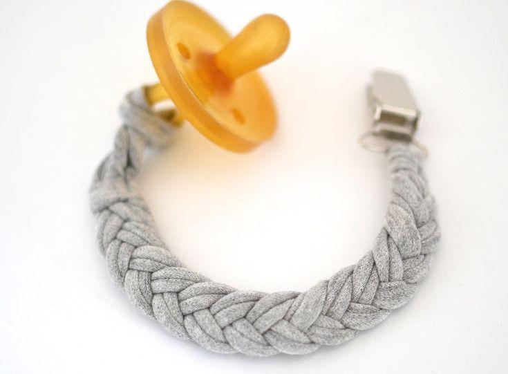 Schnullerkette Jersey grau von mien BABYmien // Stillschals und Kuscheliges für Dich und Dein Baby auf DaWanda.com