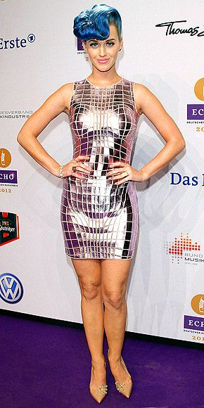 Hate the hair, but I'm loving Katy in this futuristic Paco Rabanne dress.