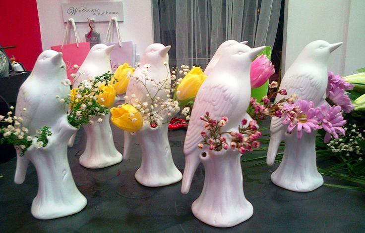Passarinhos de biscuit com flores diversas