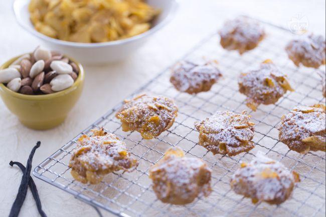 Le rose del deserto sono dolcetti belli da vedere e buoni da gustare: un mix perfetto tra biscotti e fiocchi di mais, ideali per colazione o merenda.