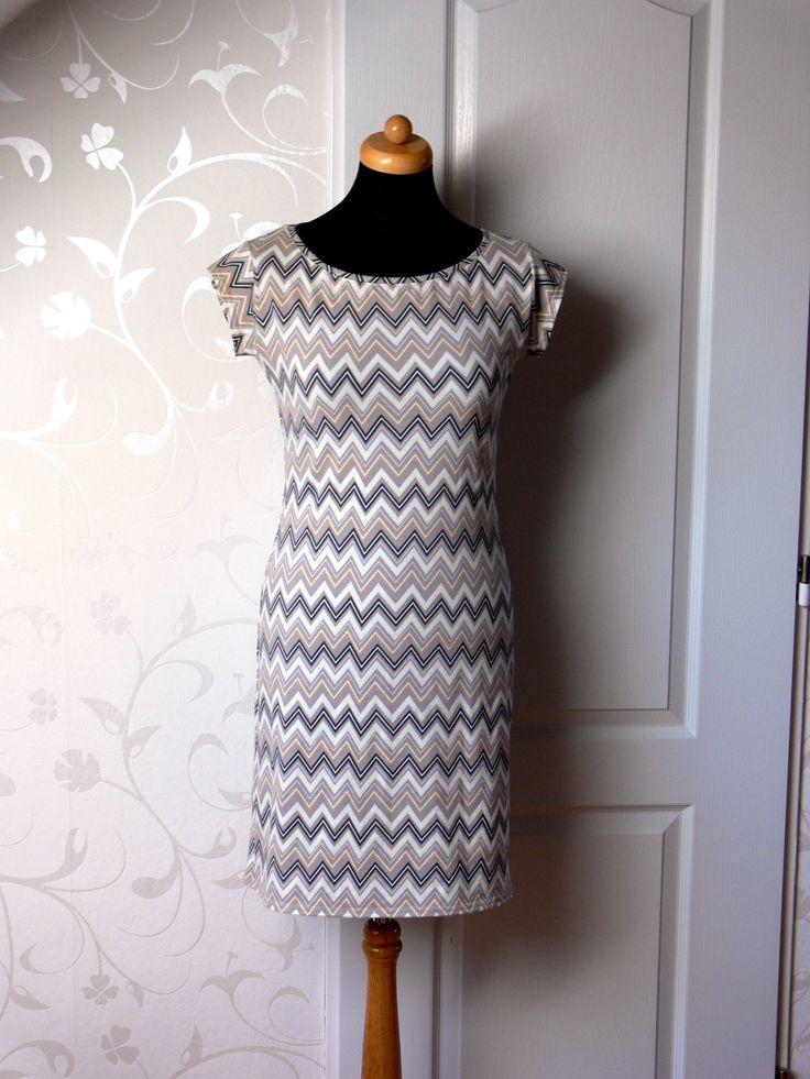 Šaty Šaty jsou z bavlněného úpletu s elastanem. Šaty jsou jednoduchého střihu s mini rukávkem. Materiál je pružný a příjemný na omak. Délka šatů 90 přes prsa 90 boky 92 V případě zájmu šaty ráda zhotovím i v jiné velikosti.