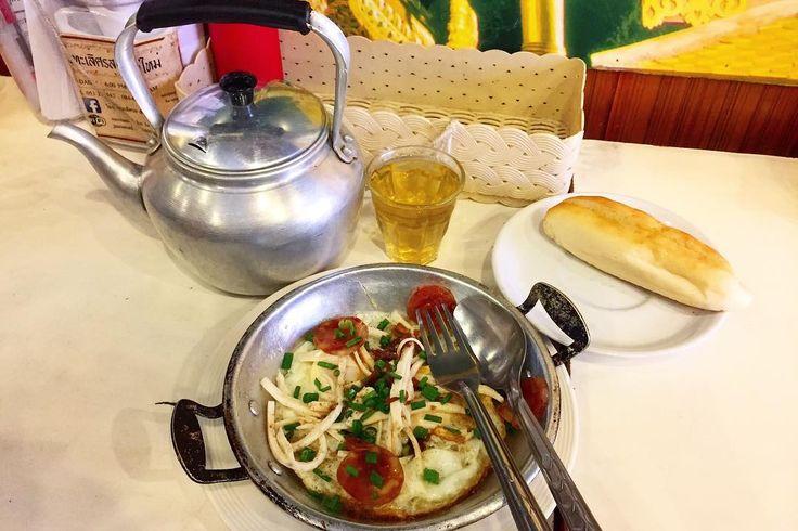 食べおさめ ベーカリーの美味しいパンとは また別のカテゴリのものとして このパンはんまい またバターサンドを頼んだのに またコンデンスミルクが挟まれてくるのは つまりそういうことなんだと理解した . . #thailand #chiangmai #thaifood #food #foodie #breakfast #sweet #scenery #life #eatlocal #trip #タイ #チェンマイ #暮らし #チェンマイ暮らし #風景 #旅 #タイ料理 #朝ごはん #世界の朝ごはん
