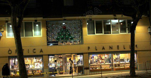 Decoración con globos de navidad para escaparate de tienda. Arbol de globos de foil