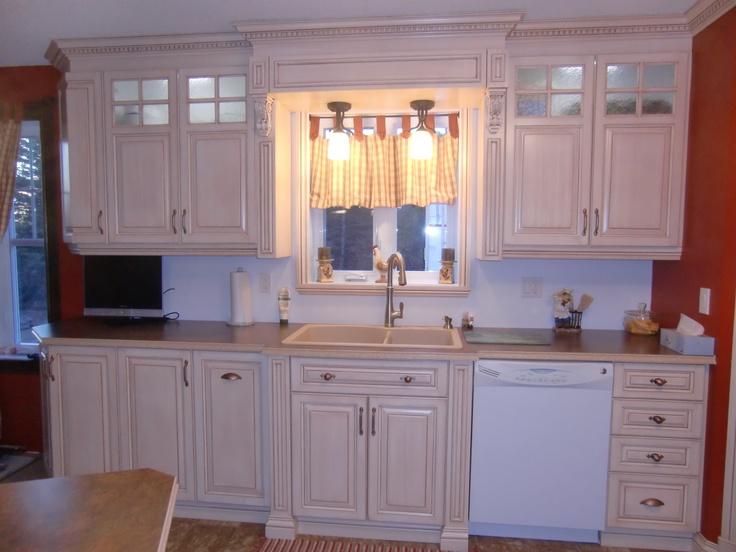 Armoire cuisine classique en merisier peint et glazé