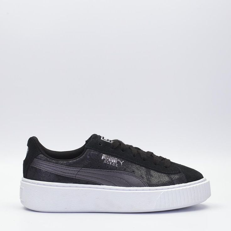 Puma Suede Platform Safari σε μαύρο χρώμα, με suede δέρμα στο πάνω μέρος και σόλα τύπου πλατφόρμα, ξεχωρίζει με τις μεταλλικές λεπτομέρειες στο πάνω μέρος. #sneakerstown #sneakers #puma #pumasuede #fashion #streetwear #lifestyle