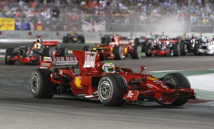 El piloto de Ferrari Felipe Massa de Brasil lidera el grupo en el inicio de la Singapur de Fórmula Uno Gran Premio en el Circuit City Marina Bay en Singapur, el domingo 28 de septiembre de 2008.