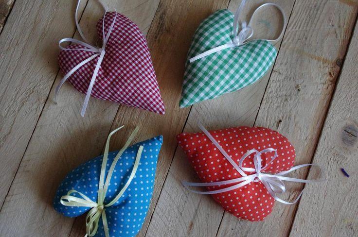 Jarní srdíčka - Tato malá měkoučká srdíčka jsou ušitá z různobarevných látek a dozdobena bílou stužkou. ( DIY, Hobby, Crafts, Homemade, Handmade, Creative, Ideas)