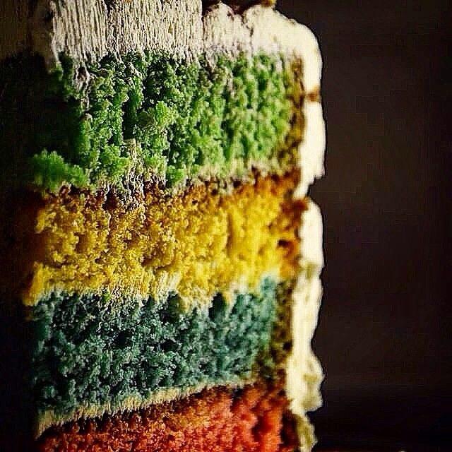 Hogwarts Giant Cake  Γεύση: Πολύχρωµο κέικ µε κοµµάτια από κόκκινο µήλο, φράουλα, ξύσµα λεµονιού µε λιµοντσέλο και βατόµουρο, γεµισµένο µε κρέµα βανίλιας και γαρνιρισµένο µε κακάο.  Στοιχεία: Η σχολή που µυήθηκε ο Χάρι Πότερ στα µυστικά της µαγείας είχε έδρα την Σκωτία. Iδρύθηκε, πριν από 1000 χρόνια περίπου, από τους 4 κορυφαίους µάγους της εποχής: Τον Γκόντρικ Γκρίφιντορ, τη Ροβένα Ράβενκλοου, Χέλγκα Χάφλπαφλ, Σάλαζαρ Σλύθεριν.