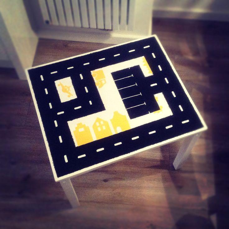 Ikea tafel geverfd tot autospeeltafel! Zoontje wilde graag een gele tafel dus heb ik het maar op deze manier terug laten komen. #ikea hack #speeltafel #autotafel #autoweg