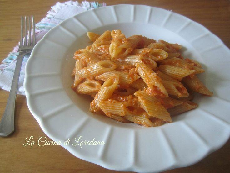 Un primo piatto semplice e gustoso che si prepara in pochi minuti, giusto il tempo di cuocere la pasta e condirla con un delizioso Pesto di tonno
