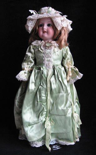 «Платье и шляпка для антикварной куклы»  Автор: Елена Елагина  Размер: 45 см  Материал: Шелк, антикварные кружева, ленты, цветы