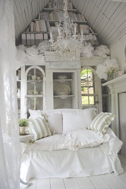 such a pretty room (source: Candy Castle Dreams blog)