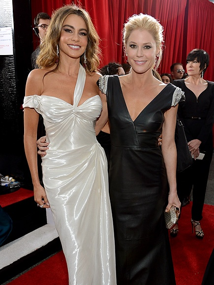 Julie Bowen looks amazing!!! Love the dress and the hair