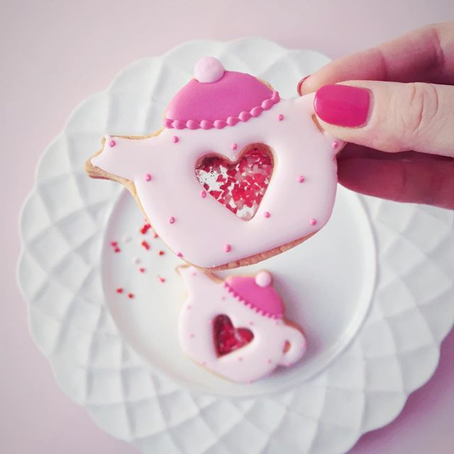 バレンタインに向けて試作. 大好きなpinkがimage color クリア窓が付くとcuteでしょ . Valentine's Day image... . . #icingcookies#cookies#decoratedcookies#cookieart#edibleart#royalicing#sweet#sweets#lindo#cute#kawaii#baking#instafood#instasweet#valentine#valentinesday#love#pink#pinklover#heart#쿠키#아이싱쿠키#曲奇#アイシングクッキー#クッキー#お菓子#バレンタイン#バレンタインデー#ピンク#ycsweets