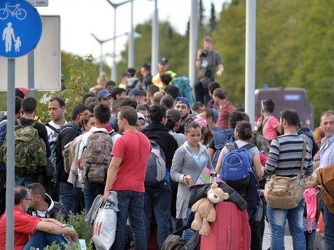 Według dra Grzegorza Kostrzewy-Zorbasa Niemcy w związku z falą imigrantów chcą zrealizować dwa cele. Jakie? – Pierwszy cel to umocnienie wizerunku Niemiec w Europie i przede wszystkim w świecie jako k...