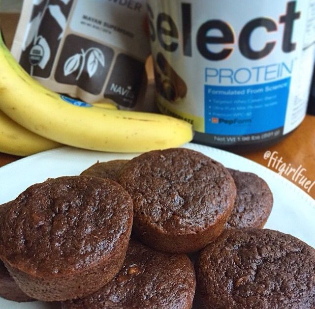 Banana Brownie Muffins-Method: Mix the following ingredients together in a bowl: •1 scoop milk chocolate @pescience #SelectProtein (33g), •1/3 cup oat flour (60g),•1 1/2 Tbsp cacao powder (8g), •1 tsp baking powder, •1/4 tsp baking soda. In separate bowl- •2 ripe bananas mashed (210g), •1 large egg, •1/4cup baking stevia. Thoroughly combine wet/dry ingredients, scoop into greased muffin tins, bake at 375 for 17-20min. Per muffin: | 79calories | 1.5g fat | 18g carbs | 5.8g protein |