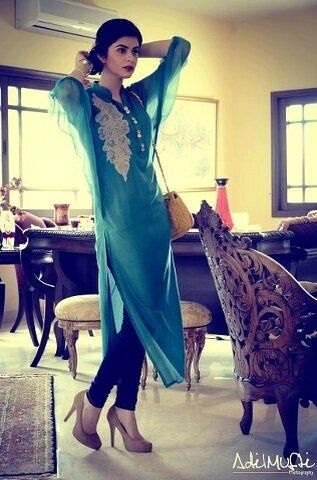 Gorgeous tunic kurti with classic hair/makeup and nude pumps