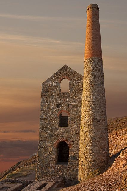 The engine house Wheal Coates North Cornwall, UK. Old Cornish tin mine.  Many of the mines used to tunnel out under the seabed putting the miners in very dangerous conditions.