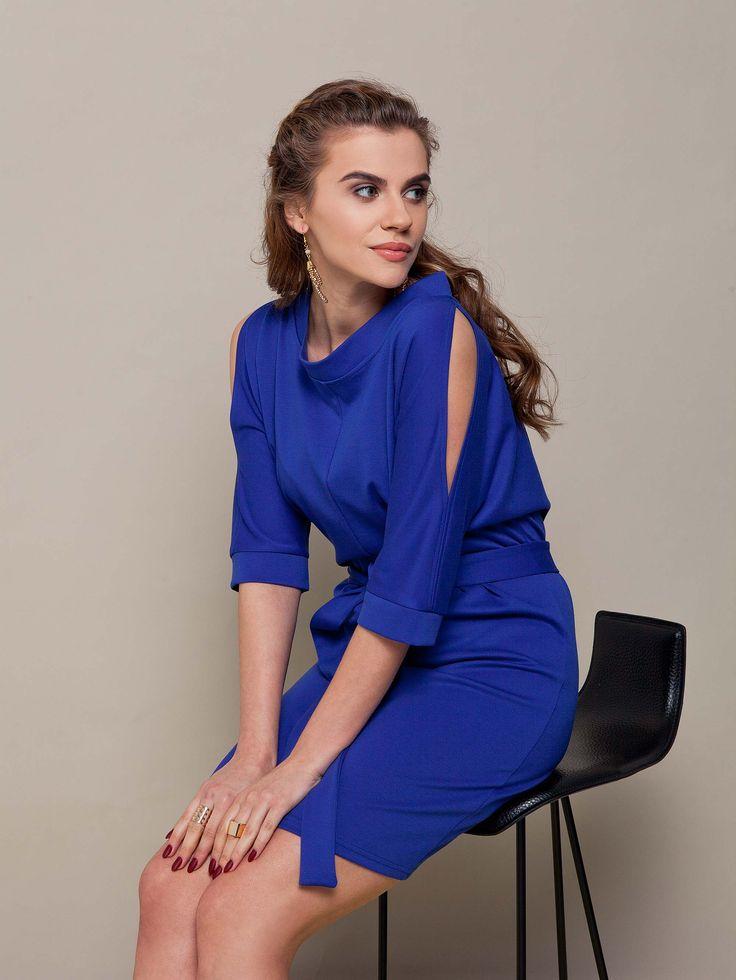 Eleganckia czarna sukienka z trykotażu w soczystym niebieskim kolorze. Idelana z dodatkami.