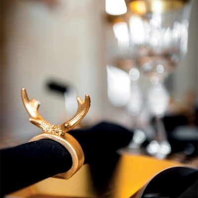 Ce fabuleux accessoire de table peut vous servir de rond de serviette ou de porte-couteau lors de vos réceptions !    On aime son utilité et l'idée originale, abstraite des bois de cerf en guise de déco de table !  Accompagnez-les avecd'autres éléments décoratifs de couleurs noir et or et obtenez une déco moderne et chic.